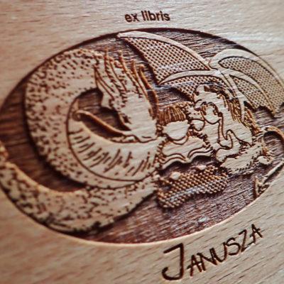 Grawerunek na wiechczu poduszki drewnianej